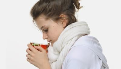 Девушка пьет травяной отвар