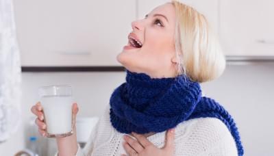 Девушка полоскает горло содой