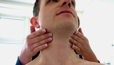 Обследование мужчины на наличие увеличенных лимфоузлов
