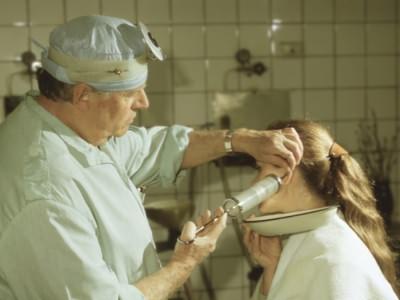 Промывание уха при отите перекисью водорода