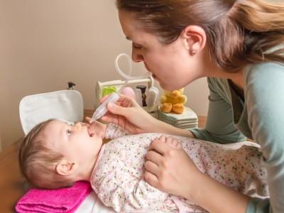Удаление слизи из носа младенца
