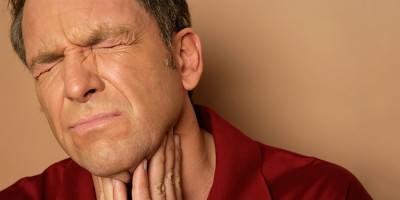У мужчины болит горло после гайморита