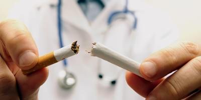 Мужчина сломал сигарету