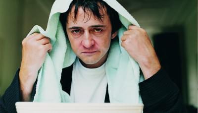 Мужчина делает ингаляцию при насморке