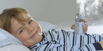 Ребенок дышит раствором Лазолвана