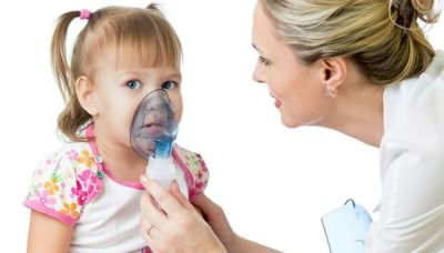 Врач делает ингаляцию от сухого кашля ребенку