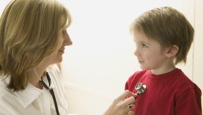 Врач определяет причины сухого кашля у ребенка