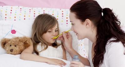 Девочка пьет сироп от сухого кашля