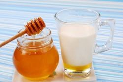 Мед и молоко от кашля