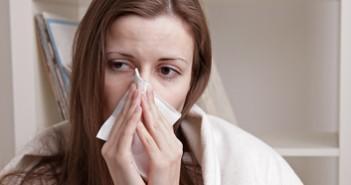 У девушки насморк и озноб - первые симптомы гайморита
