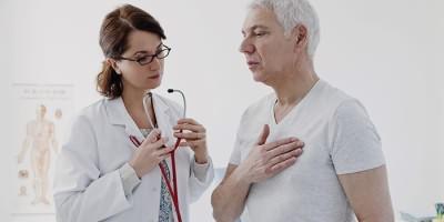Мужчина жалуется врачу на воспаление легких