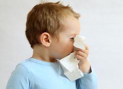 Мальчик чихает
