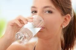 Питье большого количества жидкости