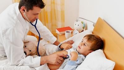Доктор слушает ребенка с мокрым кашлем