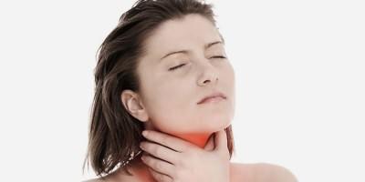У девушки лающий кашель из-за сухости в горле