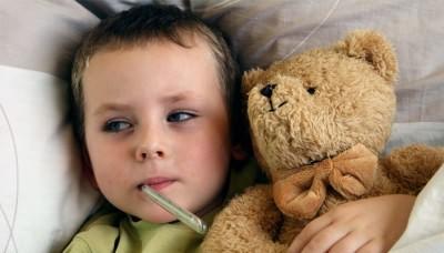 Заболевшему ребенку измеряют температуру