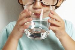 Большое количество минеральной воды при кашле