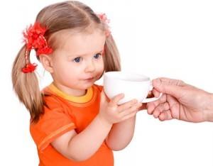 Девочка пьет молоко с луком