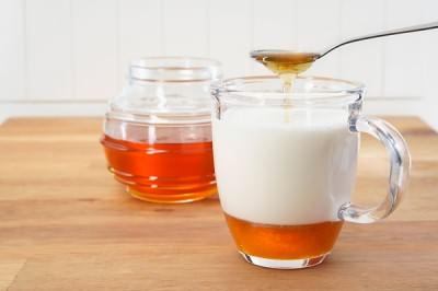 Теплое молоко с медом при первых признаках ринита