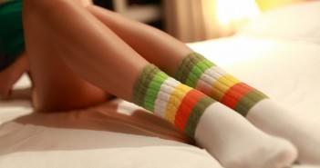 одетые теплые носки на беременной