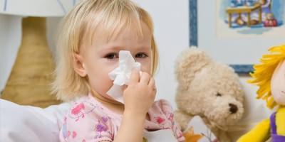 Маленький ребенок с симптомами ОРВИ