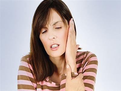 Воспаление среднего уха начинается с боли, которая постоянно усиливается