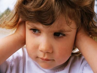 Следствием невылеченного экссудативного среднего отита у ребенка может стать глухота