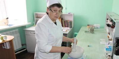 Врач готовит Мазь Симановского от гайморита
