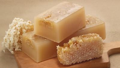 Хозяйственное мыло и мед для приготовления мази от гайморита
