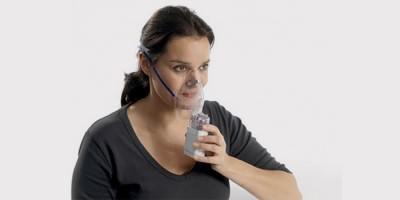 Женщина делает ингаляцию при хроническом тонзиллите