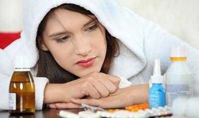 Женщина выбирает лекарства от простуды
