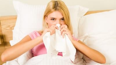 У девушки насморк при простуде