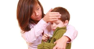 Ребенок меряет температуру