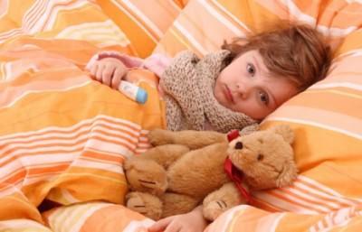 Простуда у детей вызывается вирусами, которые инфицируют нос, горло и остальные органы, когда проникают в организм.