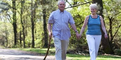 Пожилая пара гуляет на свежем воздухе