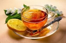 Горячий чай с лимоном и медом для лечения фарингита
