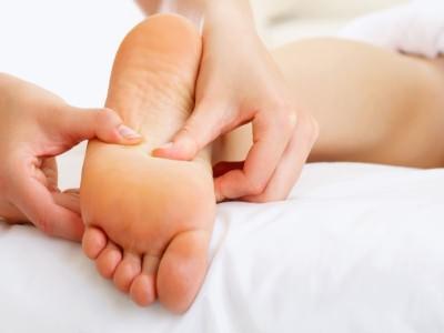 Точечный массаж от насморка может проводиться путем воздействия на активные точки, располагающиеся на ступнях ног