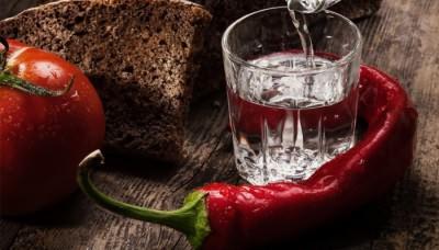 Крепкий алкогольный напиток в стакане