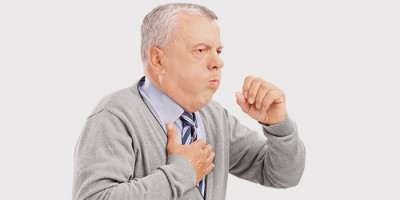 Приступ кашля у пожилого мужчины