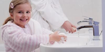 Взрослый и ребенок моют руки для профилактики желудочного гриппа